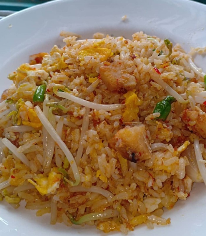 Ikan asin jambal roti termasuk yang paling favorit dijadikan campuran nasi goreng. Ditambah telur dan sedikit tauge plus daun bawang makin renyah rasanya. Foto : Instagram @megawatisalim