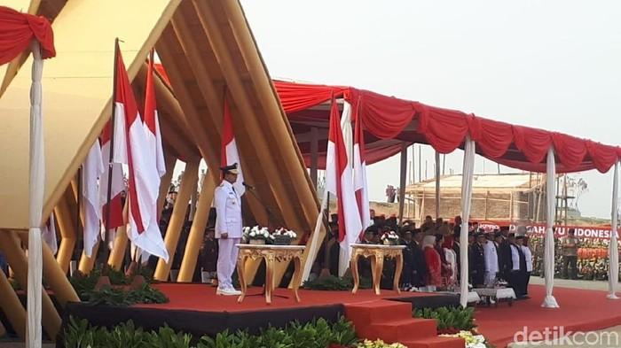 Foto: Gubernur DKI Jakarta Anies Baswedan memimpin upacara HUT ke-74 RI di pulau reklamasi (Dwi Andayani/detikcom)