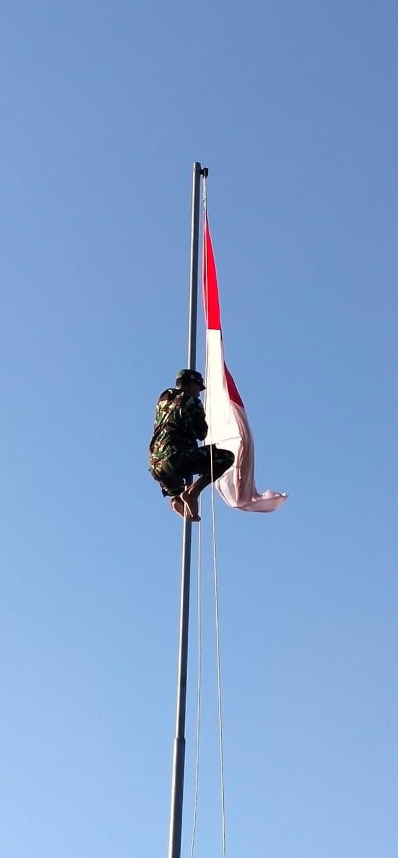 Ragam Kisah Panjat Tiang Bendera Demi Merah Putih