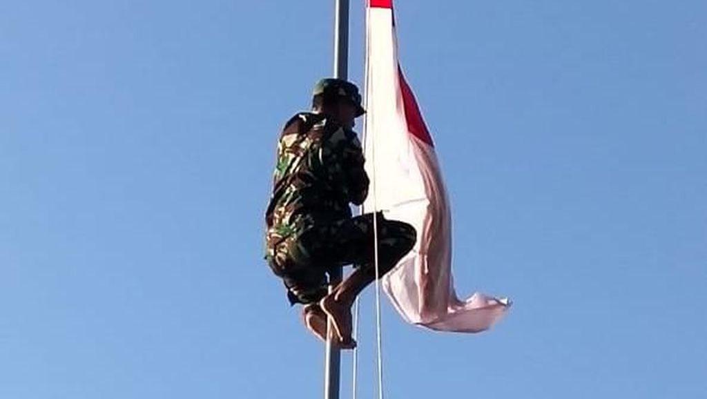 Viral Anggota TNI AD Panjat Tiang Betulkan Bendera Nyangkut