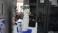 Tangan bionik terus dikembangkan menjadi lebih canggih dan fleksibel.
