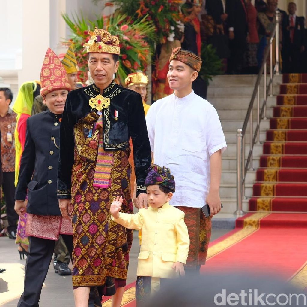 Pakai Baju Adat Bali, Jan Ethes Bikin Netizen Histeris