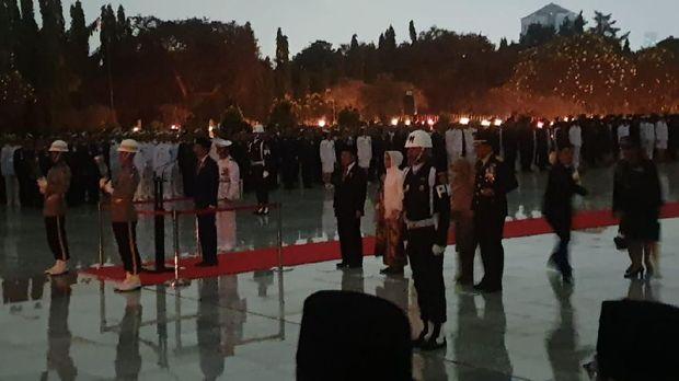 Jokowi pimpin renungan suci di TMP Kalibata, Jaksel.