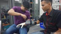 Tangan bionik dikembangkan oleh dosen dan mahasiswa dari Swiss German University (SGU).