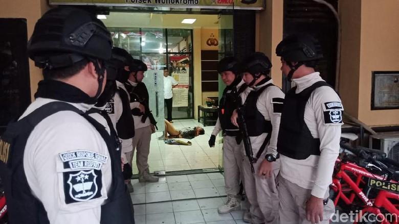 Sempat Dilumpuhkan, Pelaku Penyerangan Polsek Wonokromo Masih Hidup