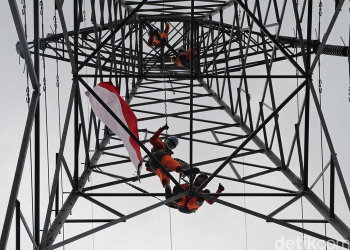 Sejumlah petugas PLN menembus wilayah Saree, Gunung Seulawah Agam, Aceh Besar, untuk memperbaiki tower listrik yang berada di kawasan gunung tersebut, Sabtu (17/8/2019).