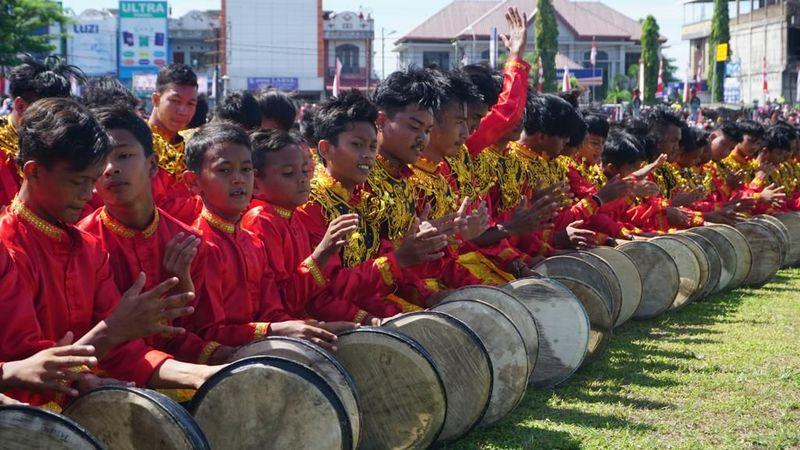 Sebanyak 2019 orang pemuda dari Aceh Barat Daya (Abdya), memeriahkan HUT RI ke-74 dengan Tari Rapai Geleng. Acara ini digelar Sabtu (17/8) akhir pekan lalu. (dok. Istimewa)