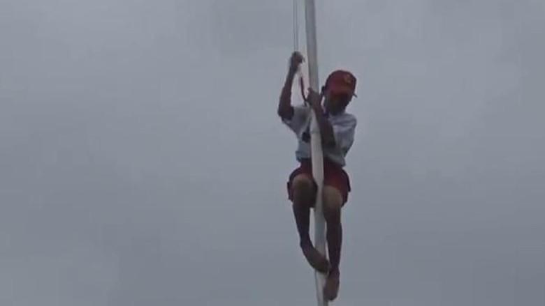 Pengait Bendera Lepas, Siswa SD di Ambon Panjat Tiang Demi Merah Putih