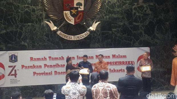Anies menerima Piagam Penghargaan Bhakti Teratai Putra Indonesia