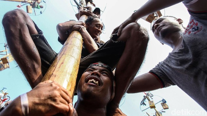 Lomba Panjat Pinang di Ancol. (Foto: Rifkianto Nugroho)
