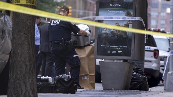 Foto: Polisi New York mengevakuasi rice cooker yang sempat menggegerkan publik (AP Photo/Kevin Hagen)