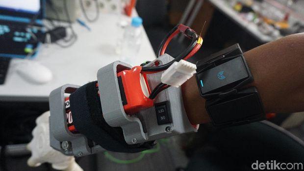 Sensornya bisa mendeteksi sinyal otot.