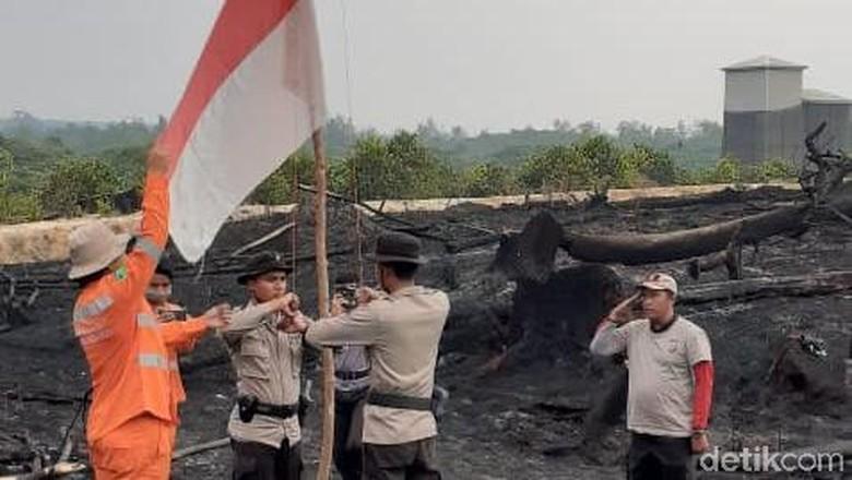 Merah Putih Berkibar di Area Sisa Kebakaran Tesso Nilo Riau