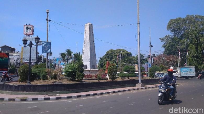 Tugu Proklamasi yang berada di sekitar Alun-alun Kejaksan Cirebon (Sudirman Wamad/detikcom)