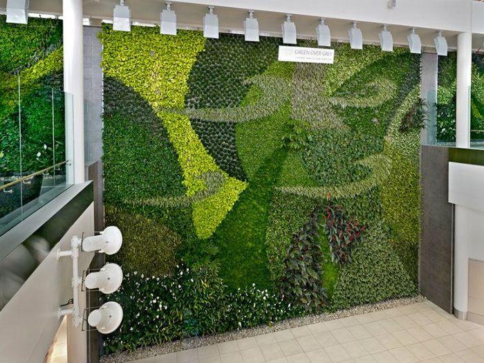 Dinding di bandara yang terletak di provinsi Alberta, Kanada ini ditutupi dengan 8.000 tanaman yang berasal dari 32 spesies yang berbeda. Istimewa/Dok. Inhabitat.