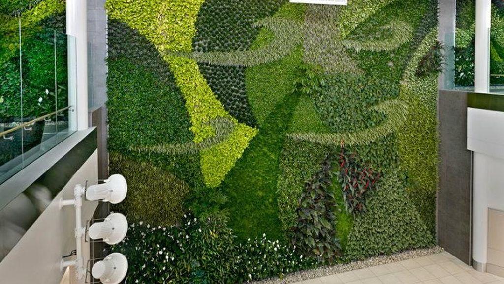 Dinding Bandara Ini Dibikin Taman Vertikal, Intip Yuk