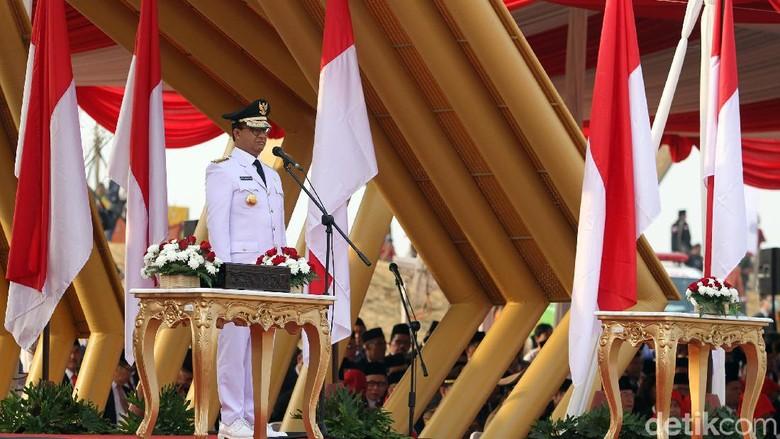 Anies Koreksi Komandan Upacara yang Salah Ucap Usia HUT RI