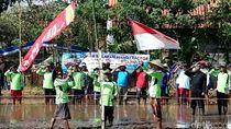 Khidmatnya Petani Banyuwangi Gelar Upacara Bendera di Tengah Sawah