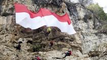 Potret Sang Saka Merah Putih Berkibar di Tebing 48 Citatah