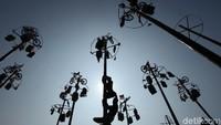 Lomba panjat pinang di Ancol tersebut digelar sejak siang hingga sore hari.