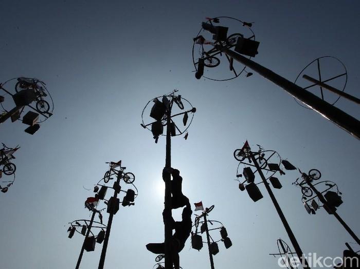 Sejumlah warga ikut serta dalam lomba panjat pinang yang diselenggarakan di Ancol. Mereka memburu beragam hadiah menarik untuk dibawa pulang.