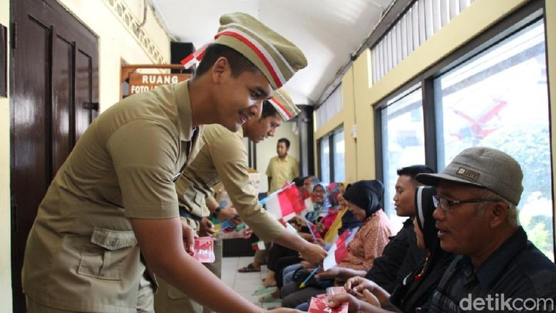 Agustusan, Polisi Tempo Dulu Kagetkan Pemohon SIM di Bojonegoro