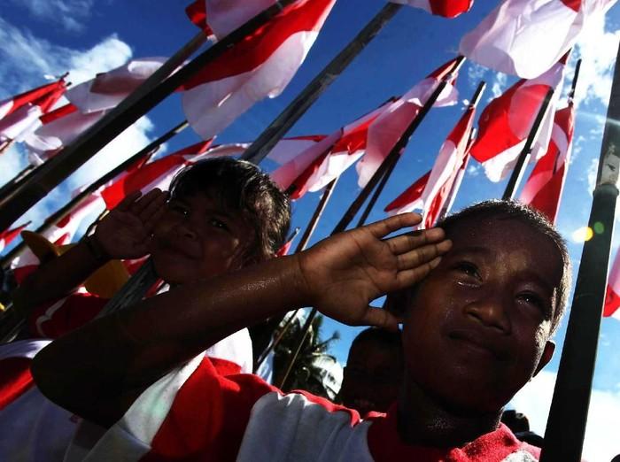 Ratusan Warga pulau terluar indonesia di kepulauan Miangas mengikuti upacara bendera di lapangan Miangas, Kepulauan Miangas, Sulawesi Utara 2052013. Upacara dalam rangka memperingati hari kebangkitan nasional tersebut dipimpin oleh meteri pemuda dan olehr