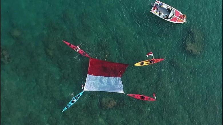 Pengibaran bendera di lokasi tsunami Tanjung Lesung (istimewa)