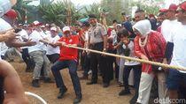 Meriahkan HUT RI, Anies Ikut Lomba Tarik Tambang Bareng Warga