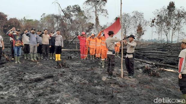 Satgas Karhutla menggelar upacara HUT ke-74 RI di Taman Nasional Tesso Nilo, Riau, Sabtu (17/8/2019)