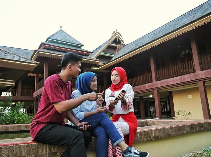 Ilustrasi masyarakat di depan rumah ada Kalimantan. Foto: Telkomsel