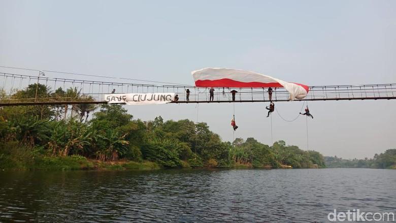 Kibarkan Merah Putih, Pencinta Alam Minta Pencemaran Sungai Ciujung Disetop