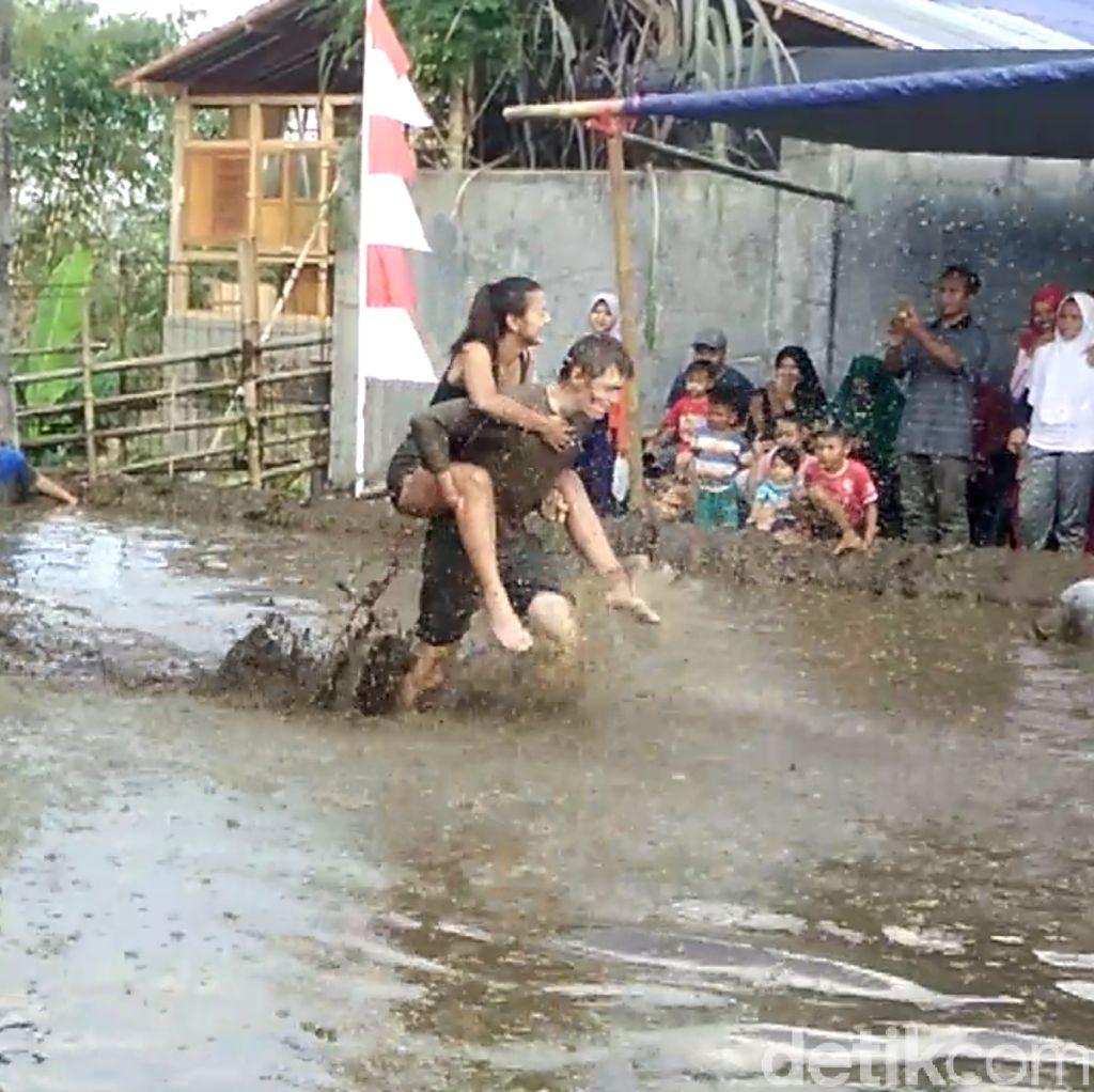 Seru! Bule-bule Ini Lomba Rayakan HUT RI di Kolam Berlumpur