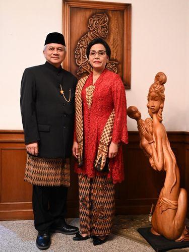 Sri Mulyani memakai kebaya rancangan Didiet Maulana dan kain batik berusia 50 tahun di upacara HUT ke-74 RI.