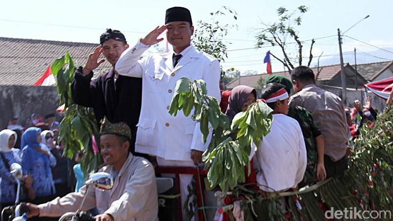 Warga Kecamatan Paseh, Kabupaten Bandung, punya cara unik nan menarik ramaikan HUT ke-74 RI. Salah satunya dengan berbusana unik saat ramaikan pawai kemerdekaan.