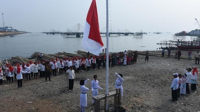 Tanggal 17 Agustus diperingati sebagai Hari Kemerdekaan Indonesia. Upacara peringatan HUT ke-74 RI pun digelar di berbagai daerah di Indonesia.