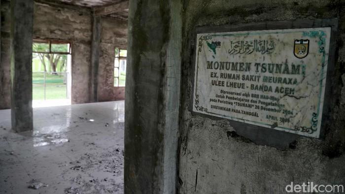 Kuburan massal tsunami di Desa Ulee Lheue, jadi saksi dahsyatnya tsunami di Aceh. Tak hanya merusak bangunan, ratusan ribu orang tewas akibat bencana itu.