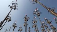 Pohon pinang berisi beragam hadiah itu pun tak hanya satu tetapi ada beberapa sehingga banyak warga yang antusias untuk ikut serta dalam lomba panjat pinang tersebut.