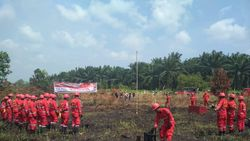 Tim Manggala Agni Upacara HUT Ke-74 RI di Lokasi Karhutla Riau