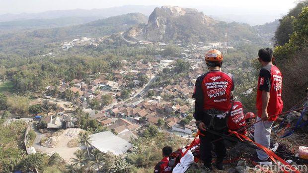 Ekstrem! Pemanjat Kibarkan Merah-Putih Raksasa di Tebing 48 Citatah