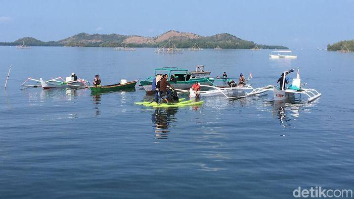 Foto: Nelayan dan pecinta alam upacara bendera di laut Polewali Mandar. (Abdy Febriady/detikcom)