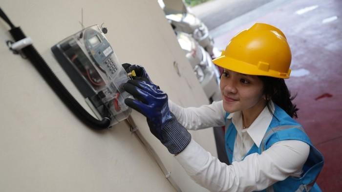 Petugas PLN sedang melakukan proses tambah daya listrik (Dok. PLN)