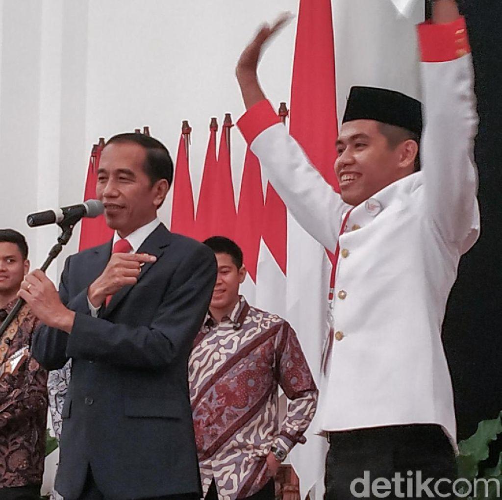 Jokowi Berikan Sepatunya ke Anggota Paduan Suara di Istana