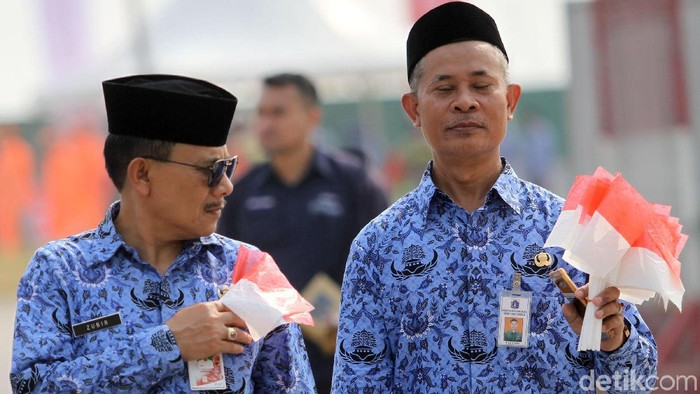 Ribuan PNS DKI Jakarta ikuti upacara HUT ke-74 RI di Pulau D Reklamasi. Sebanyak 75 bus disiapkan untuk mengangkut para pegawai tersebut.