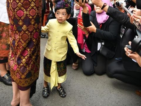 Jan Ethes Pakai Sepatu Gucci di HUT ke-74 RI, Netizen Salah Fokus
