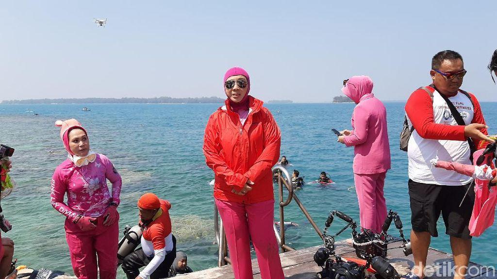 Gelar Aksih Bersih-bersih Sampah, Bhayangkari: Ayo Jaga Laut Indonesia