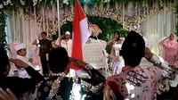Pernikahan mereka didahului dengan menggelar upacara bendera untuk memperingati HUT Kemerdekaan RI ke 74, prosesi itu pun menjadi viral.