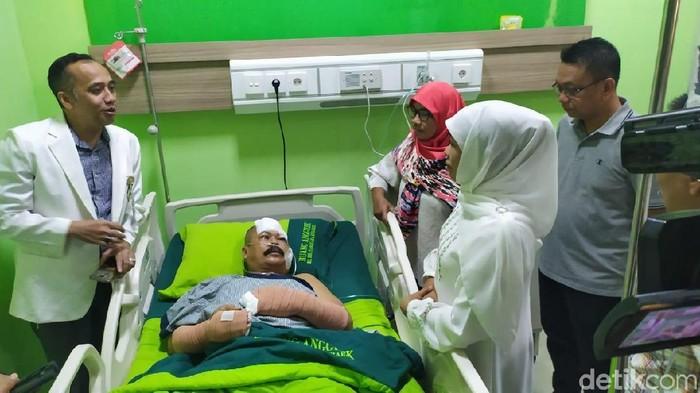 Gubernur Khofifah menjenguk korban penyerangan Polsek Wonokromo (Foto: Hilda Meilisa Rinanda)