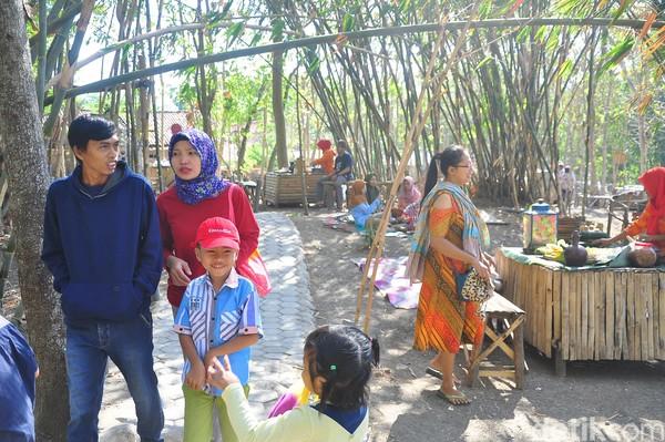 Para pedagang makanan di Pasar Kalangon bisa mencatatkan transaksi penjualan dari Rp 150 ribu sampai Rp 2 juta setiap pasar buka. Traveler yang mau berkunjung mesti membayar tiket masuk sebesar Rp 3 ribu per orang (Akrom Hazami/detikcom)