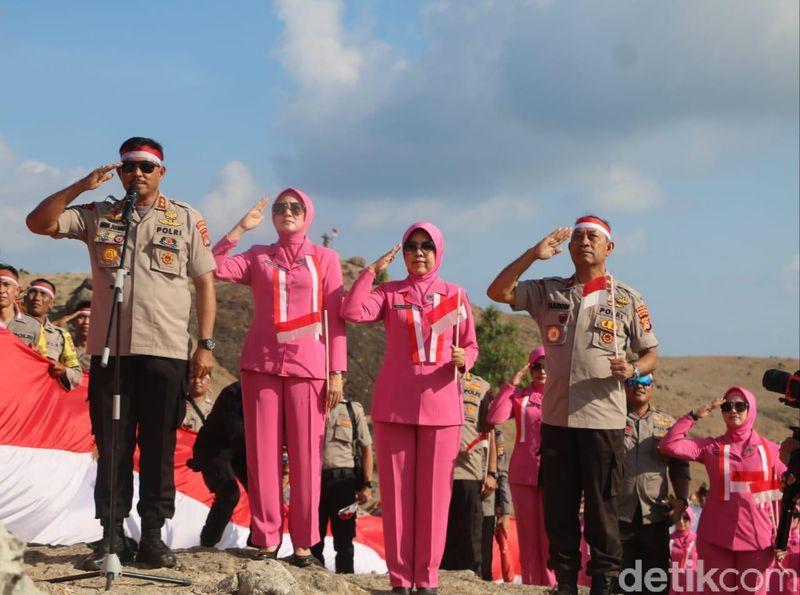Polda NTB bersama sejumlah warga melakukan upacara bendera HUT RI di bukit Merese Kuta, Lombak Tengah NTB, Sabtu, (17/08/2019) (Faruk Nickyrawi/detikcom)
